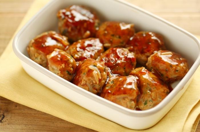 節約の定番食材もやし! 野菜が高騰する冬に重宝する食材ですよね。鶏団子にもやしを入れてかさ増ししましょう。もやしを入れた鶏団子は甘辛く味をつけるとご飯が進みますよ。