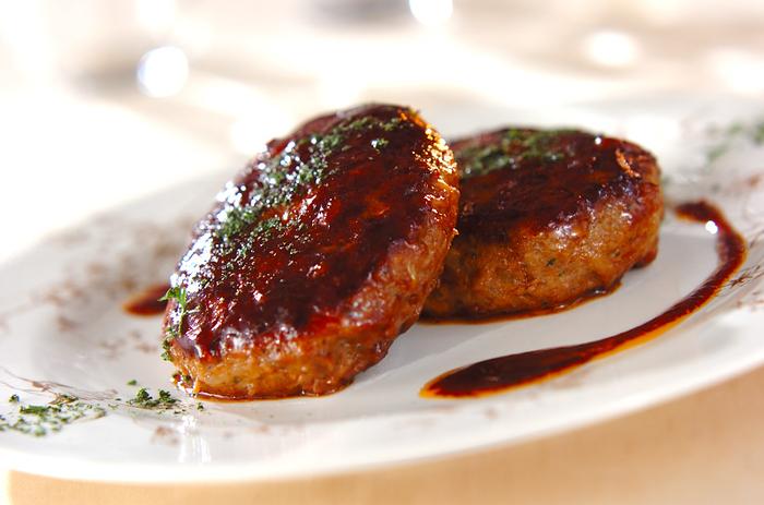 お肉の定番料理ハンバーグにももやしを入れて。こちらのレシピではもやしとえのきでかさ増ししています。お肉に混ぜこんでしまうともやしが全く気になりません。  野菜嫌いなお子さんがいる家庭ではハンバーグにたっぷり野菜を加えて作りましょう。