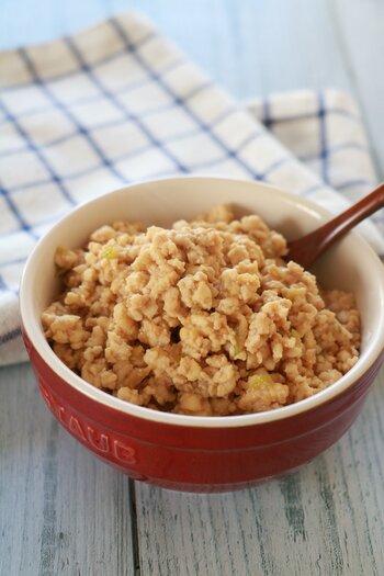 お肉のような食感の木綿豆腐はそぼろに加えてかさ増しするのがおすすめ。  こちらのレシピは味噌風味の鶏そぼろ。ご飯にのせても、サラダの具材としても美味しそう。