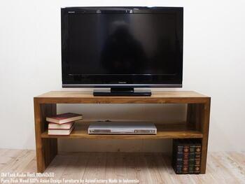 こちらはコの字型のテレビ台は、下にレコーダを収納できます。テレビ台としてだけでなく、サイドテーブルやパソコン台にしてもいいですね。シンプルなデザインなので、和洋問わずどんなお部屋にもマッチします。デザインの参考に!