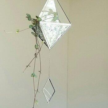 正三角形のガラスを組み合わせたガラスのテラリウム。観葉植物や長めのアートフラワーを垂らすほか、ヒンメリ風に吊るすのも素敵。光が反射し、植物をより魅力的に見せてくれます。
