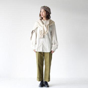 襟がすっきりとしたノーカラーなら、インナーとしても扱いやすいので、ざっくりニットやカーディガンを羽織るのもあり。センターラインの美しいパンツ×革靴で、大人カジュアルに。