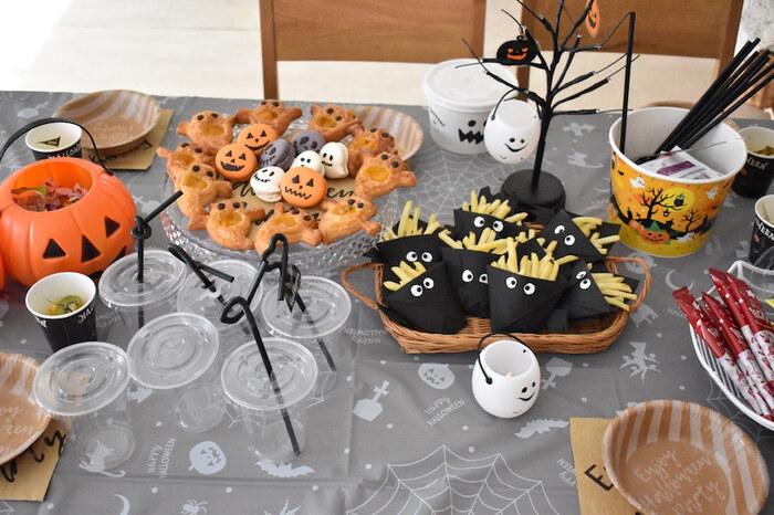 テーブルクロスをハロウィン柄に。テーブルの上にはオレンジをはじめ、カラフルなものが並びがちなので、色味を抑えるとすっきりまとまります。