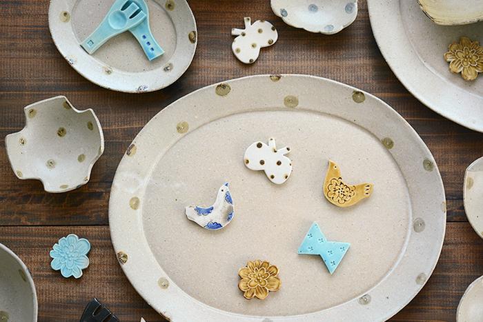 レトロかわいい小鳥の箸置きです。陶器の素朴な質感に、模様と色使いで個性をプラス。思わずシリーズで揃えたくなっちゃいます。