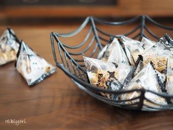 お菓子を盛り付けるバスケットを蜘蛛の巣モチーフに。テーブルにカボチャやジャックオーランタンなどをディスプレイするのにもぴったりなアイテムです◎