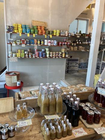 保存食品の専門店、「HOZON」。瓶や缶に詰められた種類豊富な保存食の山を前に、「こんなものもあるの!?」という言葉が出ること間違いなし。楽しい驚きと発見があなたを待っています。保存食で当然保存が効くので、しばらく会えないけどお土産は渡したい!という相手にもぴったりです。