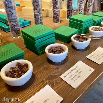 チョコレートは使用するカカオによって全く味が異なるもの。気軽に試食ができるのは嬉しいですね。