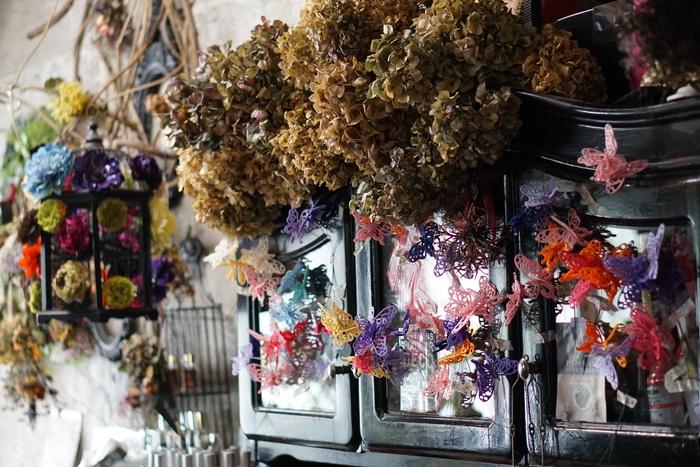 「バタフライデコ」は、おしゃれなブーケを作ってくれるパリテイストのお花屋さん。清澄白河駅から出てすぐのところにあるので、気軽に立ち寄れます。自然の中で咲き乱れる草花を表現するパリテイストのブーケは、華やかでプレゼントや特別な日にもぴったりです。