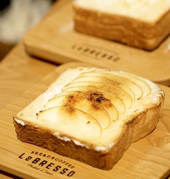 大阪発の食パン専門店である「レブレッソ 木場公園前店 (LeBRESSO)」では、分厚い食パンのトーストを使用したボリュームたっぷりのスイーツをいただくことができます。定番のバタートーストから、ちょっと変わったおしゃれなおやつトーストまであり、食パン好きにはたまらないお店です。