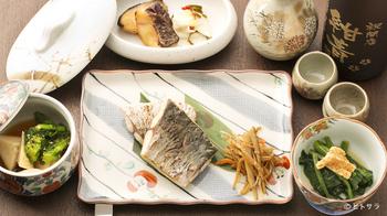 路地裏にある隠れ家的な和食料理店、「紺青」。新鮮な季節の食材を使った創作和食をいただくことができます。