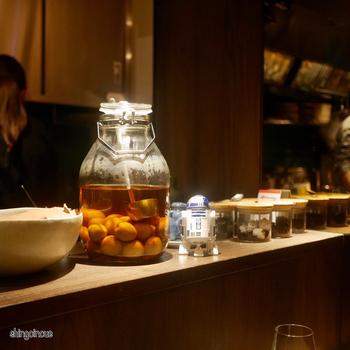カウンター奥での調理を見られる店内も楽しい。お料理の雰囲気にぴったりな、おしゃれでモダンな内装です。