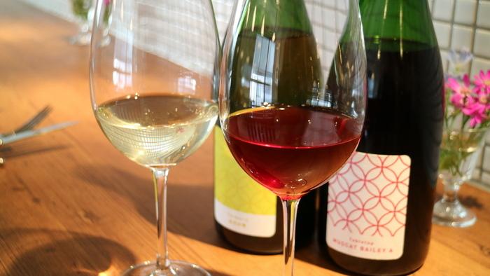 ワイン醸造所併設のワインバー。住宅街の中にひっそりとあり、気を付けて探さなければ通りすぎてしまいそうです。様々な絶品ワインをテイスティングしながら楽しめる、ワイン好きにはたまらないお店ですね。