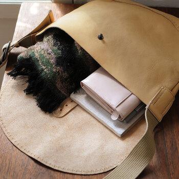 バッグのサイズは縦25.5cm×横31.5cmです。お出かけグッズを入れるのに十分な大きさで、毎日でも使えそう!色々な服装に合わせやすいミルクティー色も素敵ですね。