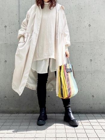 撥水ロングギャザーフーデッドコートを羽織ったカジュアルなスタイリング。一見、撥水加工とは思えないような、しなやか素材で、デニムなどにさらっと羽織るだけでもさまになります。レインブーツを合わせれば、雨の日もより心強い。