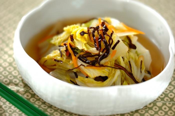 白菜をたっぷりと摂取できる副菜のレシピ。白菜の甘みとだし汁の優しい味わいを楽しめます。 ボリュームがあるのに、35kcalと低カロリーなのもメリット。ショウガ汁入りのため、ほっこりと温まりたい日のお料理にぴったりです。