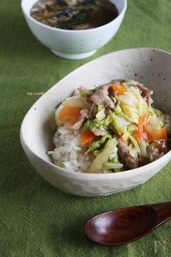 白菜をたっぷりと使用した中華丼のレシピ。約10分で完成するため、忙しい日のランチや夕食におすすめです。 食材は、白菜・にんじん・豚こま肉しか使用していないので、今日から気軽にチャレンジできそう。オイスターソースを効かせたコクのある味付けで、白ご飯がどんどんと進みます。