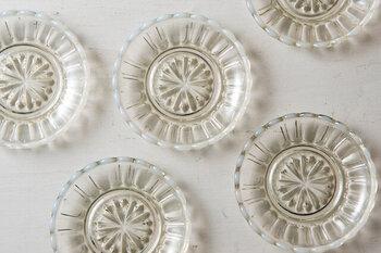うっすらと茶色がかったオパール色が美しい「雪の花」という名前がふさわしいガラスの豆皿。見ているだけでうっとりしてしまうのに、かわいくもある不思議な魅力の豆皿は、一枚だけもらっても特別な存在になってくれそうですね。