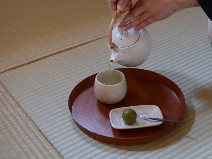 和風過ぎないコロンとしたフォルムがかわいくもある「なつめ」の形をしたお湯のみなら、お湯のみを使いたくて緑茶や和菓子を用意したくなりそうでうね。