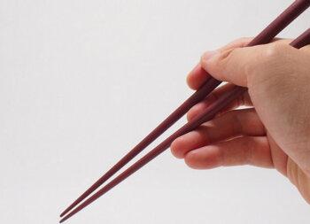 楕円型のこのお箸は、なんと職人さんが一本一本手作業で削り出して作られる特別なもの。この楕円型が、びっくりするくらい持ちやすいんです。自然とお箸を持つ所作も美しく。お世話になっている年配の方へのプレゼントにしても喜ばれそうですね。
