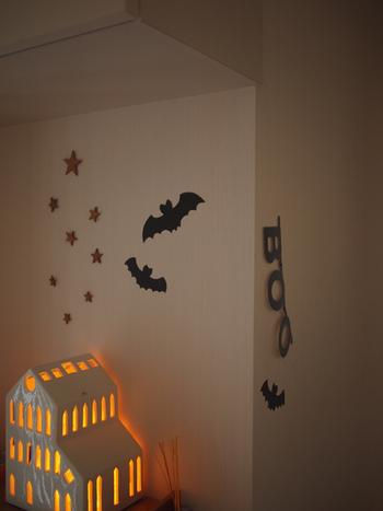 黒いマステをコウモリ型に切り抜いて、壁にペタリ。モビールよりも手軽に飾り付けができます。