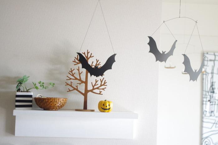 コウモリのモビールを天井から吊るして。簡単に作れるので、モビールを作ったことがない人でも自作できますよ!コウモリが飛んでいるかのような雰囲気を出せて、ハロウィン気分がぐっとアップ!