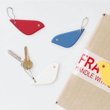 紙を切ったり箱を開けたりするときに活躍する小鳥モチーフのカッターです。キーホルダーとして付けたり、玄関先やキッチンなどのフックに掛けてワンポイントにしても◎