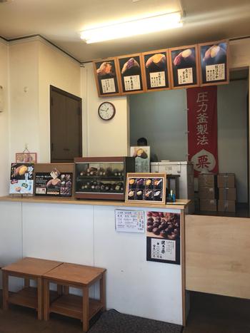 豪徳寺駅から4~5分歩いたところにある「焼き芋専門店ふじ」では、全国から取り寄せたさつまいもで作る焼いもがいただけます。カウンターにはアツアツの焼きいもが並び、甘く香ばしい香りが広がっていますよ。