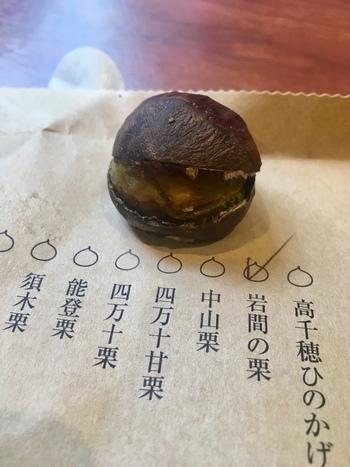 茨城や、和歌山県など日本有数の産地から取り寄せた栗は、ひと粒ずつ手作業で切り目を入れています。販売日の朝に焼いた栗は当日しか販売しないのもこだわりのひとつ。産地や品種によって甘みや風味が変わるので、迷ったらお店の方に相談してみましょう。