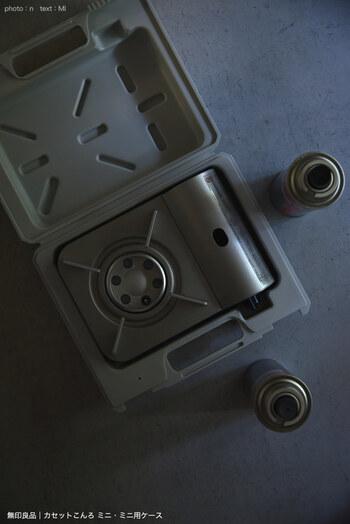 幅24.3×奥行19.1cmのコンロは、一般的なカセットコンロよりも一回り小さいサイズ感です。小さくても火力は十分。非常時から、冬の食卓まできちんと働いてくれます。別売りの専用ケースに入れて保管すれば、汚れずにスッキリと戸棚にしまえて快適です。