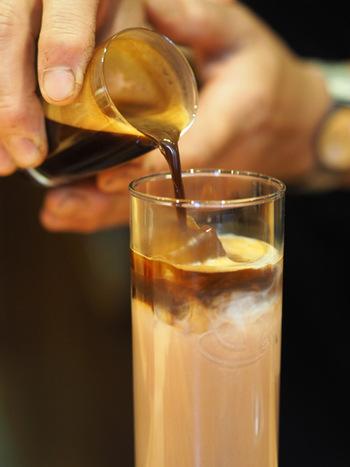アイスの場合、コーヒーは氷を沿わせるようにして注ぐのがポイント。ポタポタと垂れる程度の速度で、ゆっくりと注いでいきましょう。あらかじめ用意しておくグラスには、ミルクと氷をたっぷり入れておいてくださいね。