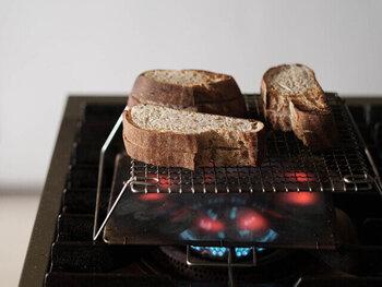 こちらはコンロに立てるタイプの足付き焼き網です。分厚い食パンは外カリッ中もちっと贅沢な味わい。こんなトーストが食べられるなら、朝ごはんが楽しみになりそう♪