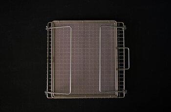 足を折り畳めばコンパクトに収納できます。焼き網のサイズは縦横共に22.5cmです。
