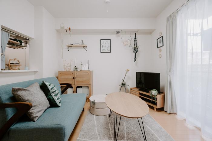 ナチュラルカラーのお部屋なら、印象的な色のソファを使っても◎こちらのペールブルーのソファなら、お部屋のトーンと合っているので、柔らかでナチュラルな雰囲気にもマッチしていますね。