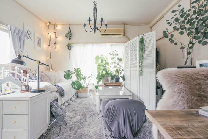 明るい白をベースにしたお部屋に同色のソファを。壁側に配置をしても壁面と同じ色なので窮屈さを感じません。アクセントに明るいグレーが入り、トーンを揃えたエレガントな空間に仕上がっています。