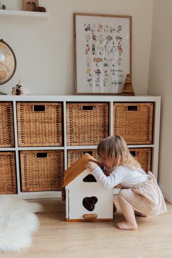 お座りやハイハイ、あんよをし始めると、おもちゃ棚に入らない大きさのもの…例えば、やりたい放題、ルーピング、ボックスの型はめおもちゃなどが徐々に増えてきます。場所も取りますし、片づけても見た目がゴチャゴチャしてしまいますね。おもちゃ用のカラーボックスを準備し、小物ケースを用意するとすっきりしますよ。選ぶコツは、角が尖っていないものを選ぶことです。カゴのケースや柔らかい素材のものを選ぶと、まだ足元がおぼつかない赤ちゃんがこけたり、尻もちをついても安全ですよ。おもちゃを置くを決めると、片づけやすくなって◎。中が見えないものや半透明のケースだとおもちゃの主張をなくすことができるので見た目がすっきりします。