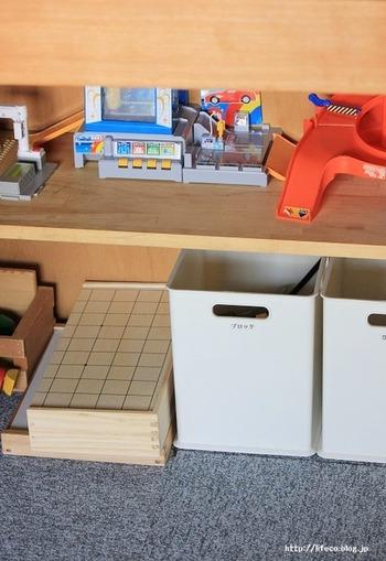 なかなか組立てしまうとばらせないミニカーを使って遊ぶおもちゃ。押し入れの下のスペースを最大限に利用してみましょう。形を崩さずに、子供にとっても自分専用のおもちゃ博物館の様なスペースが出来上がりワクワクしますよ。室内カーの収納にもぴったりですね。