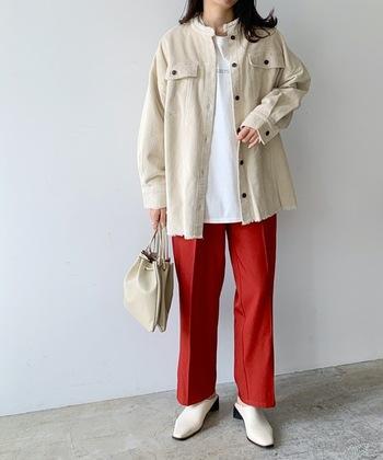 アイボリーのノーカラーシャツジャケットは、襟元のほかに裾が切りっぱなしになっていてるので、シャツのように軽やかに着こなせます。 白のインナーにアイボリーのバッグと、同系色の異素材アイテムでまとめることで、それぞれの存在感が発揮。鮮やかな赤のパンツも全体に調和しつつアクセントとして活躍しています◎