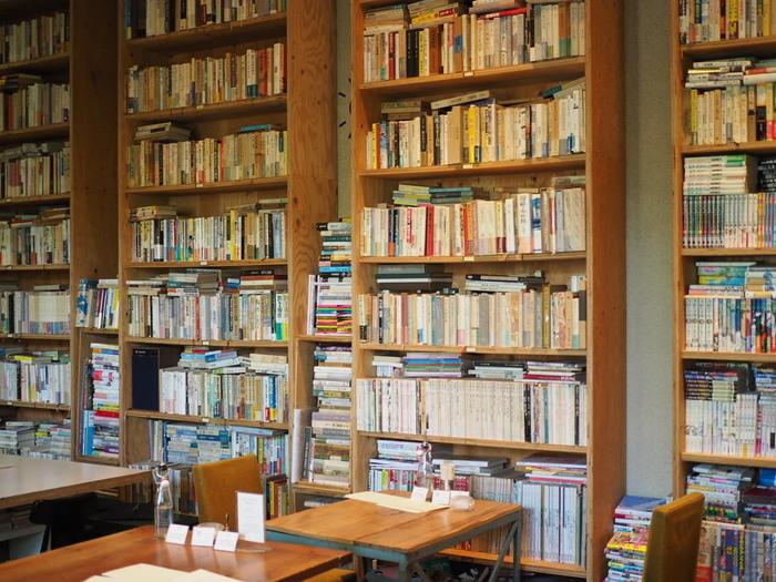 稀少な本から名作まで2万冊もの書籍がある「BUNDAN COFFEE & BEER」は、本好きなら一度は訪れたい憧れの文学カフェです。日本近代文学館の食堂内にあり、落ち着いた雰囲気が魅力。  こちらでは、坂口安吾や梶井基次郎など文豪の小説に登場するメニューを再現したお料理がいただけます。