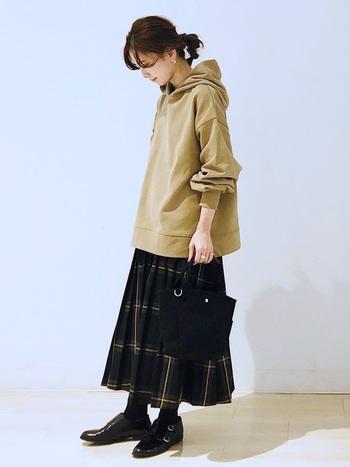 チェック柄のロングプリーツスカート。かちっとしたシューズを合わせつつ、トップスはパーカーでカジュアルダウン。毎年愛用しているパーカーこそ「自分らしい北欧ファッション」にぴったりかもしれません。