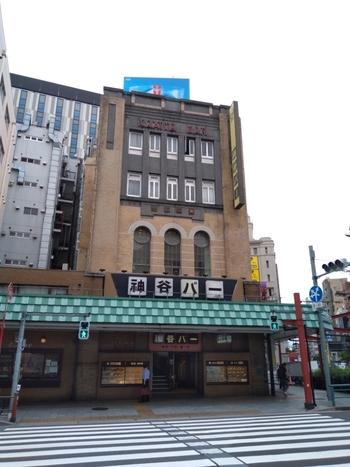 大学生の不思議な恋模様が描かれた、森見登美彦のベストセラー小説「夜は短し歩けよ乙女」に登場するバーが、浅草にあります。1880年(明治13年)創業の「神谷バー」は、浅草で最も古い鉄筋コンクリート造の建物で登録有形文化財に登録されていて、歴史を感じながらお酒を楽しめるお店です。