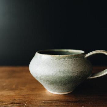 コーヒーの香りを楽しむために作られてたコーヒーカップは、カップの中に香りが留まって飲むときにふわっと香りが広がるそう。オリエンタルなフォルムで置いてあるだけでも素敵。またとっても持ちやすいから毎日使いたくなるカップです。プレゼントしたら、自分用も欲しくなっちゃいそうですね。