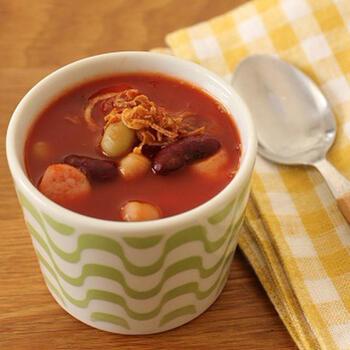 材料を電子レンジで温めるだけでできるお手軽スープ。チリパウダーがスパイシーで、さっぱりとしたチリコンカンのような美味しさです。塩は温めた後に、味を確認しながら入れて調整するといいでしょう。お好みでフライドオニオンを乗せても美味しいですよ♪