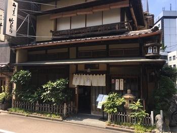 神田須田町にある「竹むら」は、1930年(昭和5年)年創業の甘味処。趣きのある店舗は、「東京都選定歴史的建造物」に指定された貴重な建物です。