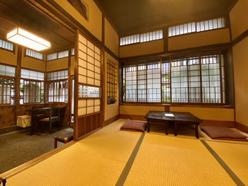 小上がりとテーブル席の店内は、古き良き日本の魅力が詰まったしっとりと落ち着いた空間です。