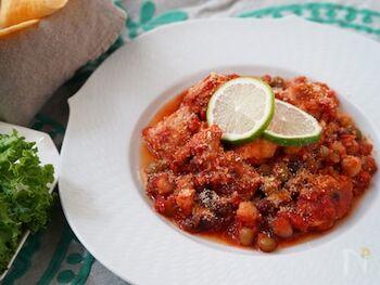 鶏肉とミックスビーンズをメキシカンな調味料で仕上げたトマト煮込み。鶏肉は胸肉でも美味しく仕上がります。お子さん向けには砂糖をプラスして少し甘めにするのもオススメ。トルティーヤやバゲット、バターライスなどと合わせて召し上がれ。