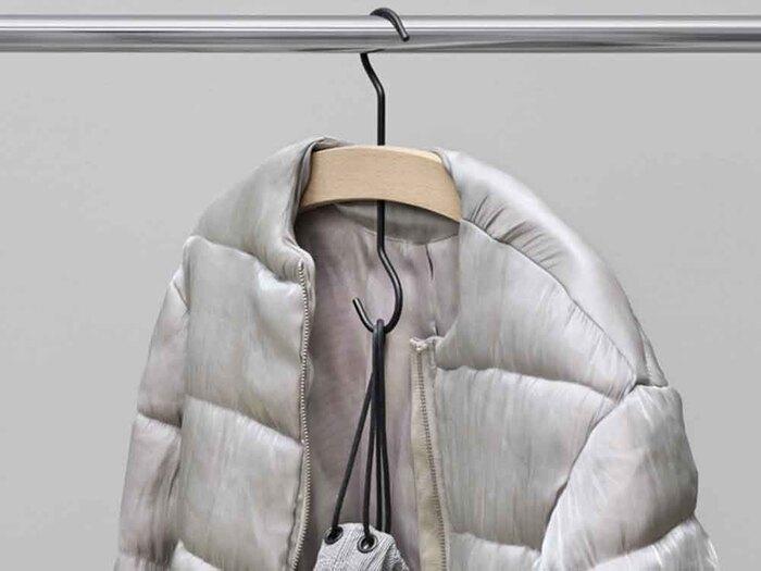 上下にフックのついたユニークなデザインのハンガー。下のフックにバッグや別のハンガーを掛けることができるので、狭いクローゼットでもスペースを有効活用できます。次の日に着る洋服やバッグをまとめてかけてコーディネートを確認するのにも◎!