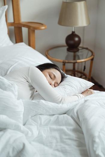 アイピローには、温めて使うもの、冷やして使うもの、アロマ効果のあるものなどいろいろありますが、用途に合わせて選びたいもの。アロマ入りのアイピローは快眠を促す効果があります。また、温かいアイピローはリラックス効果があるので、入眠時には最適でしょう。
