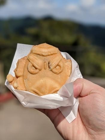 「天狗焼」は、高尾山を代表する焼き菓子。サクサク&モチモチの生地の中に、甘さ控えめの黒豆あんがたっぷり入っています。焼きたてをひとつずつ購入できるので、ぱくっとつまむのにちょど良いですね。
