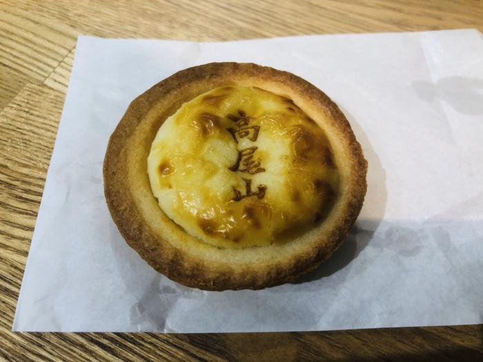 洋菓子派さんには「高尾山チーズタルト」がおすすめ。 北海道、フランス、デンマーク産のチーズをブレンドしていて、濃厚な風味が抜群。登山で疲れた体には、甘いスイーツがうれしいですね。