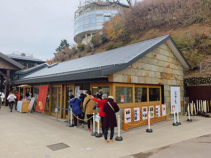 ケーブルカーの高尾山駅隣にある「高尾山スミカ」は、天狗など多くの生き物が棲む処(=すみか)が店名の由来。40年以上前からあるお店をリニューアルし、飲食店やお土産店が入る施設に生まれ変わりました。